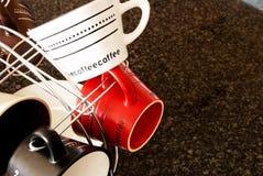 Tazas de café con estilo en la cocina Foto de archivo libre de regalías