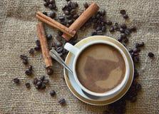 Tazas de café con los granos de café Fotografía de archivo