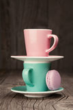 Tazas de café con los macarrones franceses imagenes de archivo