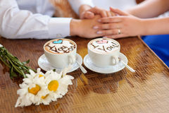 Tazas de café con palabras te amo Foto de archivo libre de regalías