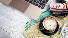 Tazas de café, cuadernos, tortas del avión y mapas Imagen de archivo libre de regalías