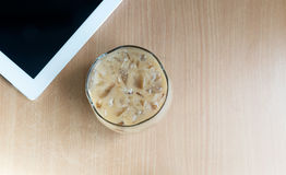 Tazas de café de hielo y tableta colocadas en una tabla de madera, café de hielo, taza, taza de café de hielo Imágenes de archivo libres de regalías