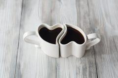 Tazas de café de la forma del corazón en la tabla de madera Fotografía de archivo