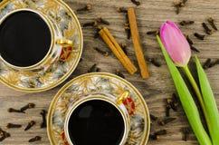 Tazas de café de la porcelana con la flor rosada imagenes de archivo