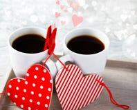 Tazas de café de la tarjeta del día de San Valentín con los corazones Fotografía de archivo