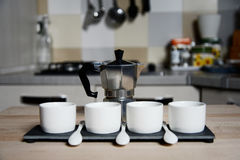 Tazas de café del diseño moderno y cafetera del vintage Imágenes de archivo libres de regalías
