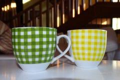 Tazas de café detalladamente en una tabla Foto de archivo