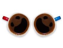 Tazas de café divertidas con las caras sonrientes fotos de archivo