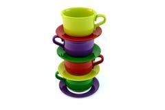 Tazas de café empiladas coloreadas en blanco Imágenes de archivo libres de regalías