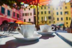 Tazas de café en café en Vernazza, Cinque Terre, Italia imágenes de archivo libres de regalías