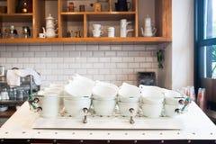 Tazas de café en contador en el café moderno, cafetería interior Foto de archivo