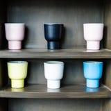 Tazas de café en el estante Fotos de archivo