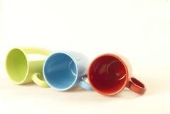 Tazas de café en el fondo blanco imagen de archivo