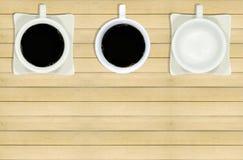 Tazas de café en el piso de madera Imágenes de archivo libres de regalías
