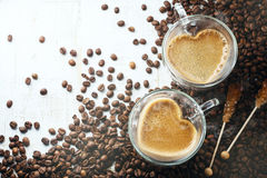 Tazas de café en forma de corazón Fotos de archivo libres de regalías