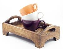Tazas de café en la bandeja de madera en el fondo blanco Fotos de archivo libres de regalías