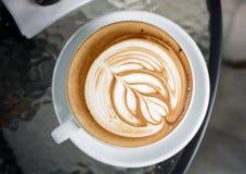 Tazas de café en la tabla Imagenes de archivo