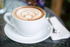 Tazas de café en la tabla Imagen de archivo libre de regalías
