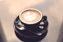 Tazas de café en la tabla Imágenes de archivo libres de regalías