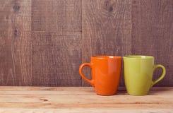 Tazas de café en la tabla de madera Fondo de la cafetería o del restaurante fotografía de archivo