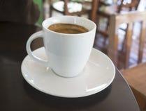 Tazas de café express en la tabla de madera oscura Foto de archivo