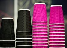 Tazas de café negras y rosadas del papel del arte en café en la tabla de madera Forma de vida, concepto del coffeeshop Imágenes de archivo libres de regalías