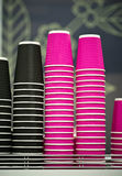 Tazas de café negras y rosadas del papel del arte en café en la tabla de madera Forma de vida, concepto del coffeeshop Fotos de archivo