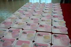 Tazas de café, placas, porciones de cucharas para las reuniones fotografía de archivo libre de regalías