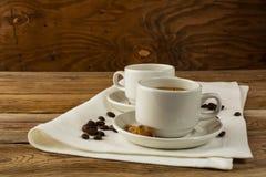 Tazas de café servidas en la servilleta de lino Imagenes de archivo