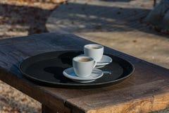 Tazas de café vacías al aire libre imagen de archivo libre de regalías