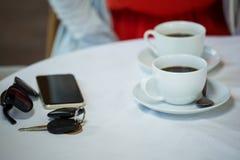 Tazas de café y accesorios personales en la tabla del café Fotos de archivo