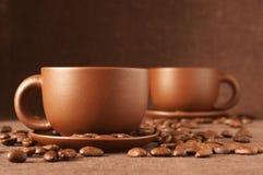 Tazas de café y de habas Fotos de archivo