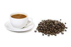Tazas de café y granos de café Fotos de archivo libres de regalías