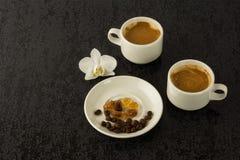 Tazas de café y granos de café Fotos de archivo