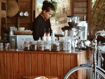 Tazas de café y granos de café frescos alrededor Imágenes de archivo libres de regalías