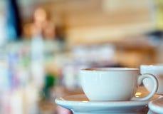 Tazas de café y granos de café frescos alrededor Fotografía de archivo libre de regalías