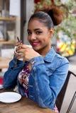 Tazas de café y granos de café frescos alrededor Foto de archivo libre de regalías