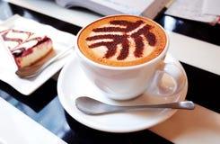 Tazas de café y granos de café frescos alrededor Foto de archivo