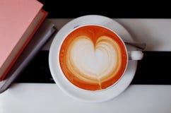 Tazas de café y granos de café frescos alrededor Fotos de archivo libres de regalías
