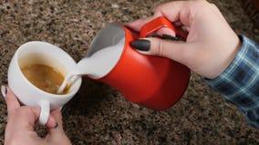 Tazas de café y granos de café frescos alrededor Barista Prepares Coffee Preparación del latte Barista que vierte la leche calien metrajes