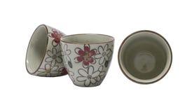 Tazas de cerámica, aislante en un fondo blanco Imagenes de archivo