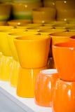 Tazas de cerámica amarillas y anaranjadas Foto de archivo