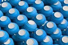 Tazas de cerámica azules - platos en el mercado imagen de archivo libre de regalías