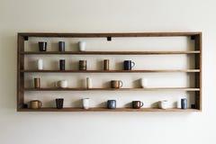 Tazas de cerámica en espacio de cerámica de la exhibición Imágenes de archivo libres de regalías