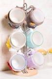 tazas de cerámica en la cubierta de punto Foto de archivo