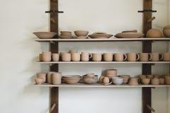 Tazas de cerámica en la exhibición Fotografía de archivo libre de regalías