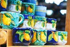Tazas de cerámica italiana tradicional fotografía de archivo libre de regalías