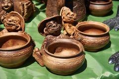 Tazas de cerámica monocromáticas hechas a mano Fotografía de archivo