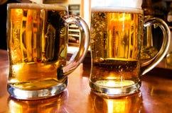 Tazas de cerveza Fotografía de archivo