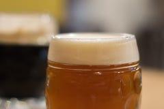 Tazas de cerveza fotografía de archivo libre de regalías